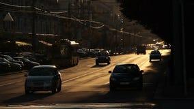 Los coches grises polvorientos de la avenida de la calle del tráfico de coche del símbolo de la ciudad conducen rápidamente almacen de video
