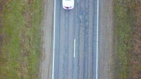 Los coches montan en la carretera Visi?n superior almacen de metraje de vídeo