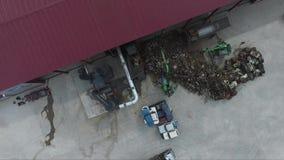 Los coches muertos reciclan la planta 2 almacen de metraje de vídeo
