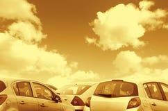 Los coches parqueados entonaron marrón Foto de archivo