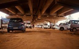 Los coches parquearon debajo de un puente del paso elevado en la foto única de Bangalore la India fotografía de archivo