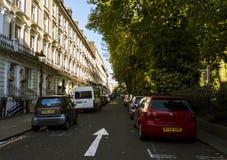 Los coches parquearon a lo largo de casas de ciudad residental del victorian cerca de Paddington imagen de archivo