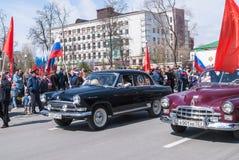 Los coches pasados de moda participan en desfile Foto de archivo libre de regalías