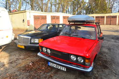 Los coches polacos y alemanes de la obra clásica parquearon en Gdansk, Polonia Foto de archivo