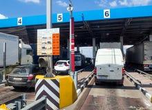 Los coches que esperaban en línea actualmente el pago pagaron la porción del ` federal de Don del ` de la carretera M4 del camino Imagenes de archivo