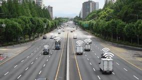 Los coches que son de conducción y que intercambian de señales en el camino almacen de video