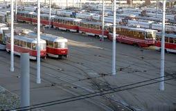 Los coches rojos de la calle están en la pista en el depósito de la tranvía Foto de archivo libre de regalías