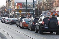 Los coches se alinearon en tráfico de ciudad en la ciudad de Toronto en Canadá Foto de archivo