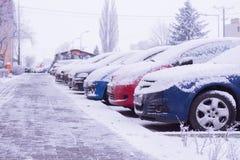 Los coches se colocan en el estacionamiento cerca de la casa en invierno Koscian poznán 21,01,2018 fotografía de archivo libre de regalías