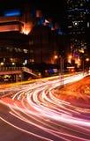 Los coches se encienden en ciudad Imágenes de archivo libres de regalías
