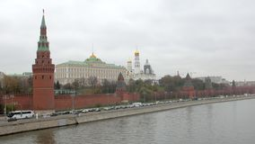 Los coches se están moviendo sobre el terraplén del río cerca del Kremlin en Moscú, capital rusa metrajes
