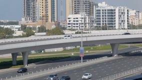 Los coches se están moviendo sobre intercambio del transporte en ciudad moderna en día de verano almacen de metraje de vídeo