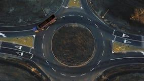 Los coches se están moviendo a través de un círculo de tráfico nuevamente construido almacen de metraje de vídeo