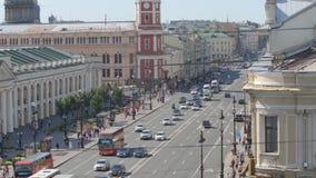 Los coches se mueven en la calle de Nevsky en el verano almacen de metraje de vídeo