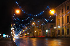Los coches se mueven a lo largo de la calle de Sovetskaya bajo luces en la noche, Tver Foto de archivo libre de regalías