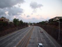Los coches se mueven a lo largo de la carretera H-1 en la oscuridad en Kaimuki fotografía de archivo