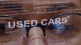 Los coches usados mandan un SMS en el desarrollador de software de sexo femenino almacen de metraje de vídeo