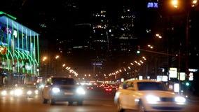 Los coches van en la calle de la noche almacen de metraje de vídeo