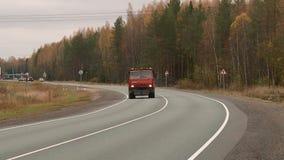 Los coches van en la carretera en el oto?o