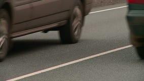 Los coches van en la carretera en el oto?o almacen de metraje de vídeo