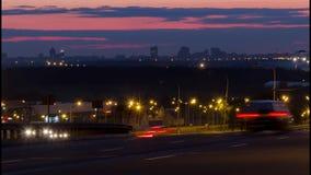 Los coches van en la carretera pulkovsky encendida noche almacen de metraje de vídeo