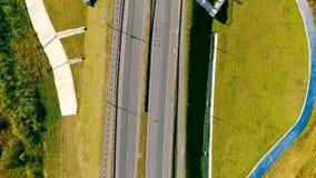 Los coches y el cargo de la visión superior acarrean la mudanza encendido de la carretera Conducción de automóviles sobre el puen almacen de metraje de vídeo