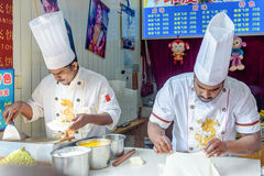 Los cocineros indios están haciendo la empanada de la mosca
