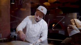 Los cocineros profesionales salan y sazonan el plato con pimienta que miente en la cacerola Cocinar la comida deliciosa en el res almacen de metraje de vídeo