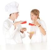 Los cocineros team con los rectángulos plásticos Fotografía de archivo