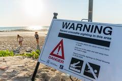 Los cocodrilos y los aguijones son algunos de los peligros que usted puede ser que encuentre en la playa del cable imagenes de archivo