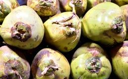 Los cocos verdes arreglaron en una tienda foto de archivo libre de regalías