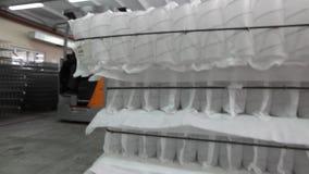 Los colchones basados el la primavera del bonnell o del bolsillo, bloques afortunados del camión del colchón, interior industrial almacen de metraje de vídeo