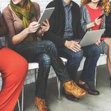 Los colegas agrupan a los amigos que se sientan Team Concept diverso Fotografía de archivo