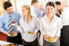 Los colegas del asunto se sirven en la comida fría Fotos de archivo