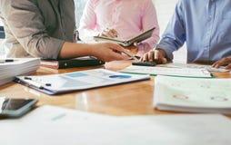Los colegas del negocio se están encontrando para determinar sus deberes para sumar Imágenes de archivo libres de regalías