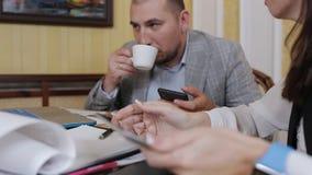 Los colegas en una reunión de negocios, discuten horario y plan de trabajo metrajes