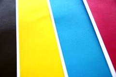 Los colores cubren espolones están en línea. Foto de archivo