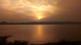 Los colores de fondo son fuego abstracto en el ajuste del cielo del invierno sobre el Nilo fotos de archivo libres de regalías