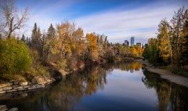 Los colores de las orillas del río del codo en una mañana de la caída fotos de archivo