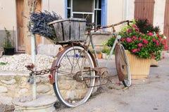 Los colores de Provence del La de la bici retra de la lavanda florecen al sur de Francia fotografía de archivo libre de regalías