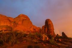 Los colores dramáticos, las nubes y la lluvia de la puesta del sol en parque nacional de los arcos abandonan Fotos de archivo libres de regalías