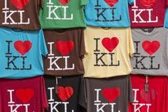 Los colores hermosos de camisas colgaron de manera ordenada Imagen de archivo libre de regalías