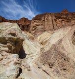 Los colores imponentes del barranco contra un cielo azul a lo largo del barranco de oro se arrastran en el parque nacional de Dea fotos de archivo libres de regalías