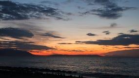 Los colores mágicos en el horizonte los momentos antes de Sun suben Sunris Fotos de archivo