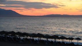 Los colores mágicos en el horizonte los momentos antes de Sun suben Sunris Imagenes de archivo