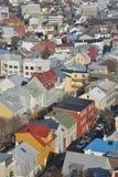 Los colores yuxtapuestos y que ponen en contraste hacen una visión aérea del spectacular de Reykjavik Fotos de archivo