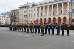 Los comandantes del batallón en uniforme están en el ensayo del desfile militar Fotografía de archivo
