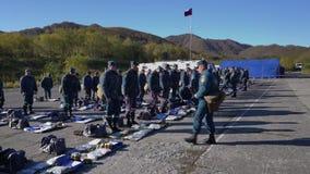 Los comandantes realizan la verificación del equipo individual de salvadores almacen de video