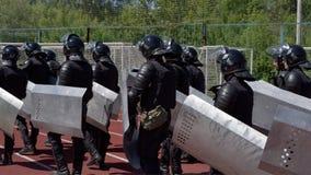 Los combatientes de las unidades policiales especiales armaron con las instalaciones especiales Fotos de archivo libres de regalías