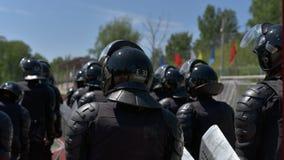 Los combatientes de las unidades policiales especiales armaron con las instalaciones especiales Imágenes de archivo libres de regalías